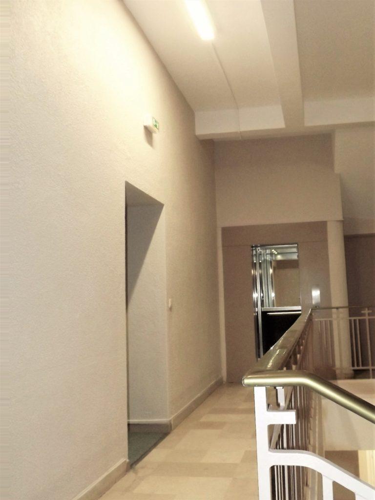 Ascenseur et cage d'escalier